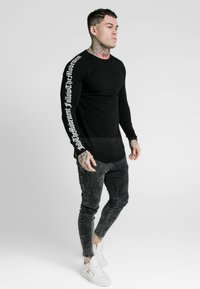 SIKSILK - LONG SLEEVE FOLLOW THE MOVEMENT TEE - Long sleeved top - black - 1