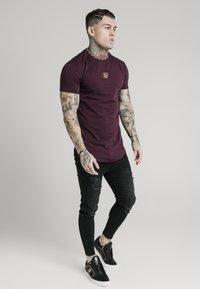 SIKSILK - TAPE COLLAR GYM TEE - T-shirt basic - burgundy - 1