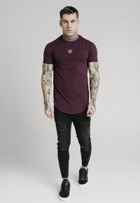 SIKSILK - TAPE COLLAR GYM TEE - T-shirt basic - burgundy - 0