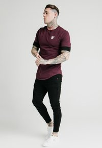 SIKSILK - INSET SLEEVE GYM TEE - T-shirt basic - black/red - 1