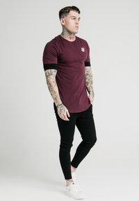 SIKSILK - INSET SLEEVE GYM TEE - T-shirt basic - black/red - 0