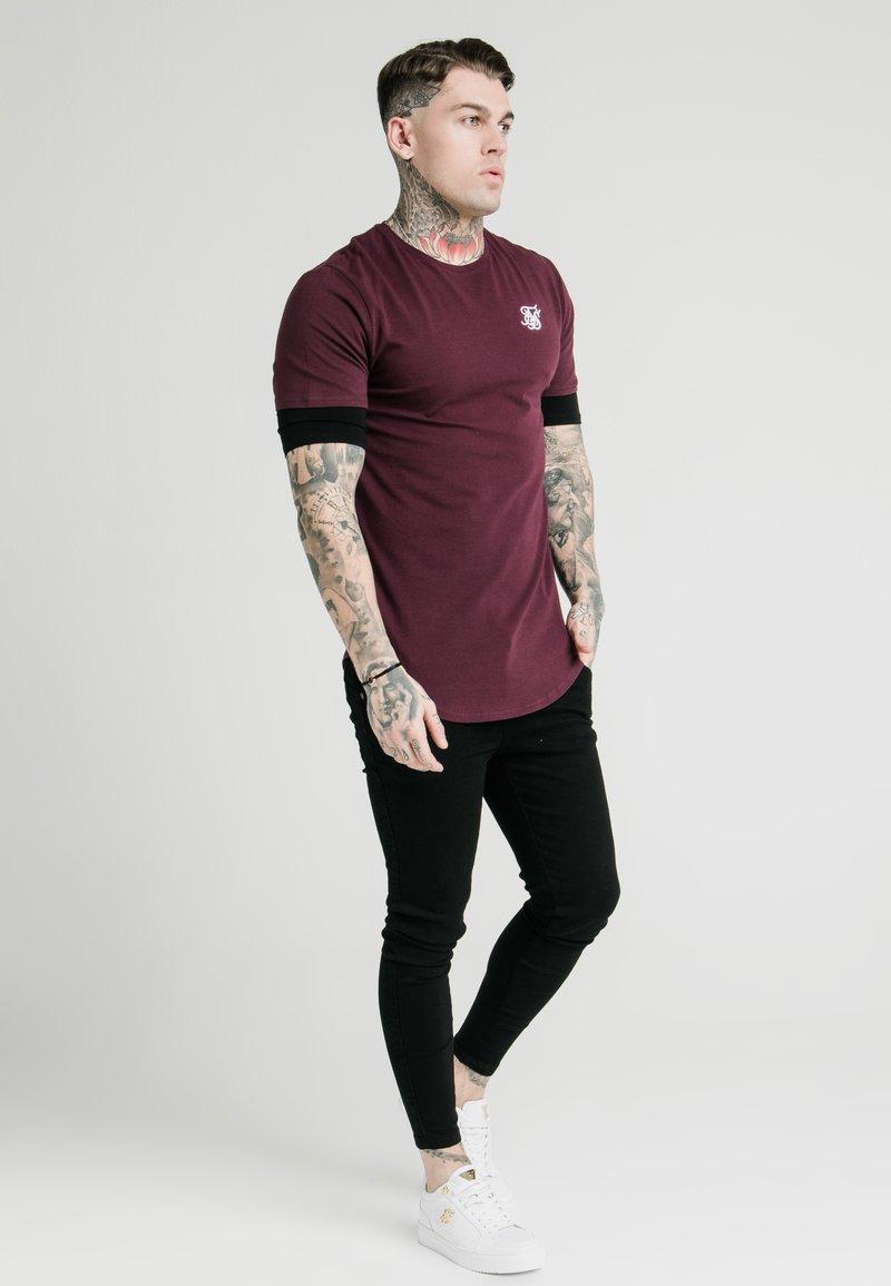 SIKSILK - INSET SLEEVE GYM TEE - T-shirt basic - black/red