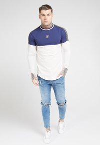 SIKSILK - LONG SLEEVE CHAIN CARTEL CUT AND SEW TAPE GYM TEE - T-shirt à manches longues - navy/stone - 0