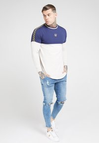 SIKSILK - LONG SLEEVE CHAIN CARTEL CUT AND SEW TAPE GYM TEE - T-shirt à manches longues - navy/stone - 1