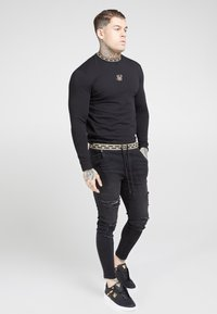 SIKSILK - LONG SLEEVE CHAIN TAPE COLLAR GYM TEE - Long sleeved top - black - 1