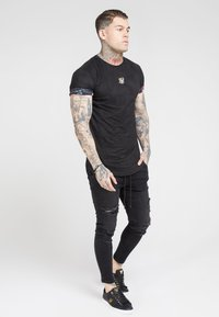 SIKSILK - ROLL SLEEVE TEE - T-shirt con stampa - black & oil paint - 1