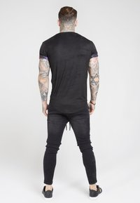 SIKSILK - ROLL SLEEVE TEE - T-shirt con stampa - black & oil paint - 2