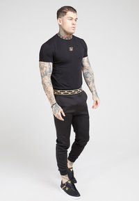 SIKSILK - TAPE COLLAR GYM TEE - T-shirt z nadrukiem - black/gold - 1