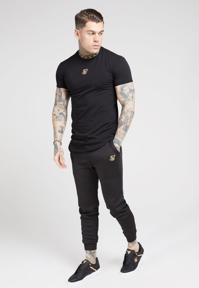 SIKSILK - TAPE COLLAR GYM TEE - T-shirt z nadrukiem - black/gold