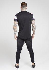 SIKSILK - SPRINT TAPE TEE - Print T-shirt - black & oil paint - 2