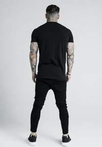 SIKSILK - DANI ALVES EMBOSSED FITTED BOX TEE - T-shirt z nadrukiem - black - 2