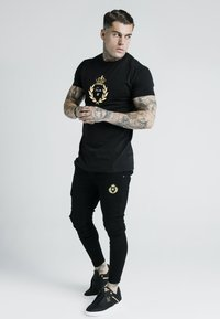 SIKSILK - DANI ALVES EMBOSSED FITTED BOX TEE - T-shirt z nadrukiem - black - 1