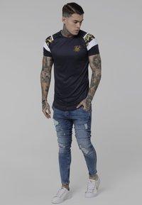 SIKSILK - E ROYAL VENETIAN - Camiseta estampada - navy/white - 1