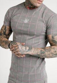 SIKSILK - SMART GYM TEE - T-shirt con stampa - grey/pink - 4