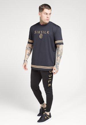 RAGLAN TECH TEE - T-shirt imprimé - black/gold