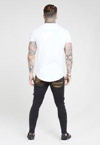 SIKSILK - TAPE COLLAR GYM TEE - T-shirt basic - white/gold - 2