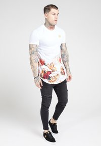 SIKSILK - CURVED HEM FADE TEE - T-shirt con stampa - white - 1
