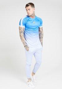 SIKSILK - RAGLAN FADE STRAIGHT HEM TEE - T-shirt print - blue/ice grey - 1