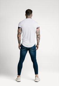 SIKSILK - T-shirt imprimé - white - 2