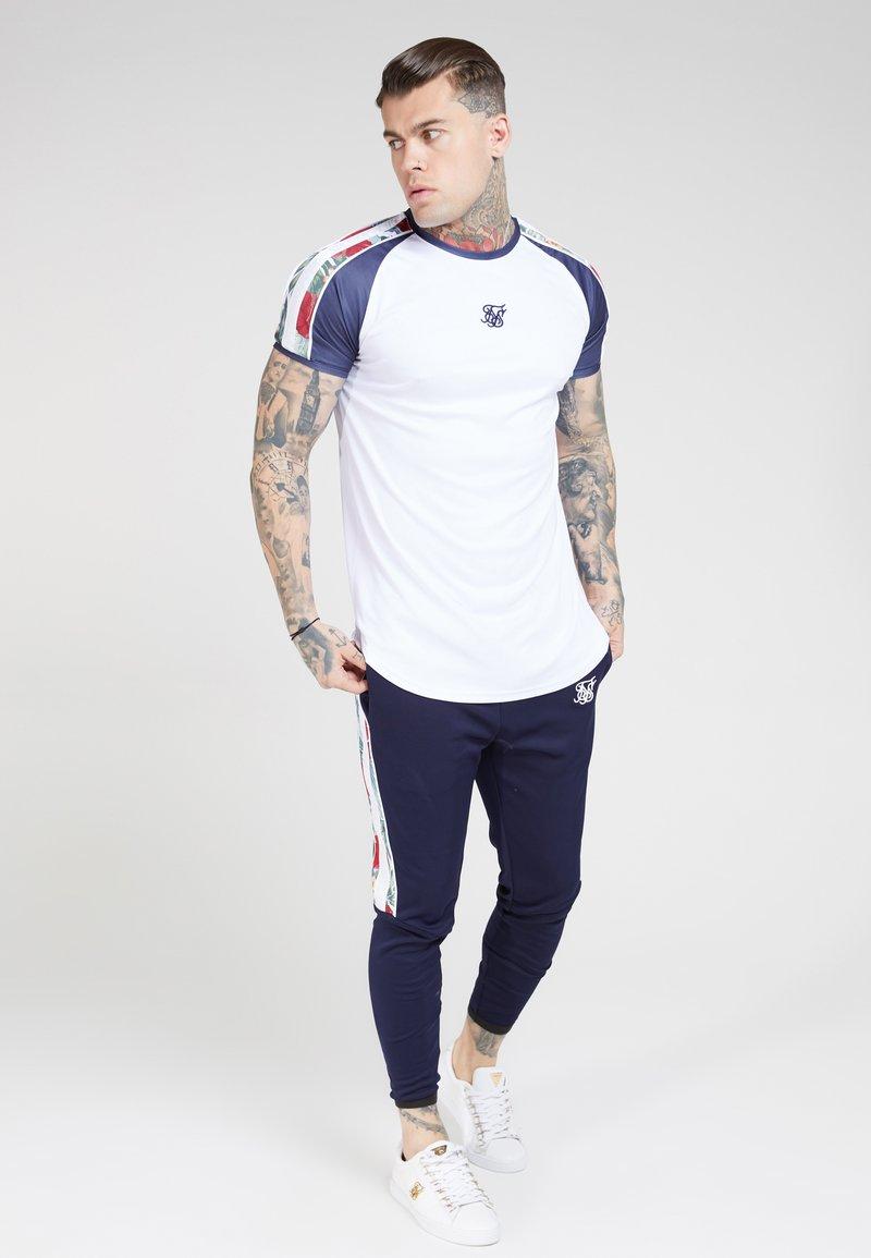 SIKSILK - CURVED HEM RAGLAN TEE - Print T-shirt - white