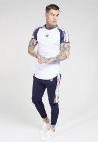 SIKSILK - CURVED HEM RAGLAN TEE - T-shirt print - white - 1