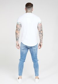SIKSILK - CURVED HEM ROLL SLEEVE TEE - Print T-shirt - white