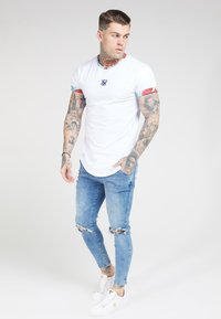 SIKSILK - CURVED HEM ROLL SLEEVE TEE - Print T-shirt - white - 1