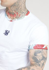 SIKSILK - CURVED HEM ROLL SLEEVE TEE - Print T-shirt - white - 4