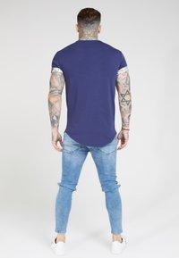 SIKSILK - CURVED HEM ROLL SLEEVE TEE - Print T-shirt - navy - 2