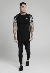 SIKSILK - Print T-shirt - black - 1