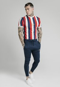 SIKSILK - T-shirt con stampa - navy red  white - 3