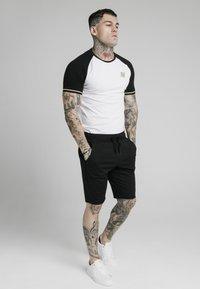 SIKSILK - INSET CUFF - T-shirt print - black/white - 3