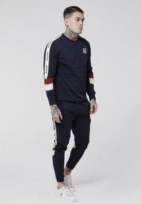 SIKSILK - RETRO PANEL TAPE CREW - Sweater - navy/red/off white - 1