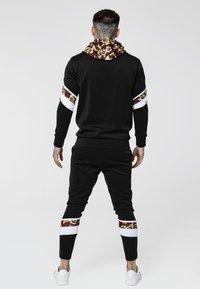 SIKSILK - ROYAL VENETIAN SPRINT TRACKSUIT OVERHEAD HOODIE - Jersey con capucha - black/ deep red - 2