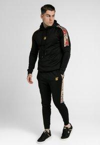 SIKSILK - DANI ALVES RAGLAN MUSCLE FIT OVERHEAD HOODIE - Jersey con capucha - black - 0