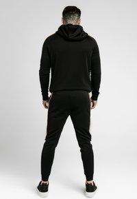SIKSILK - DANI ALVES RAGLAN MUSCLE FIT OVERHEAD HOODIE - Jersey con capucha - black - 2