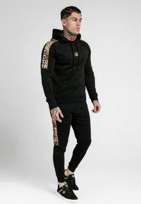 SIKSILK - DANI ALVES RAGLAN MUSCLE FIT OVERHEAD HOODIE - Jersey con capucha - black - 1