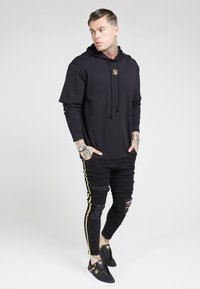 SIKSILK - BOXY DOUBLE SLEEVE HOODIE - Jersey con capucha - black /gold - 1