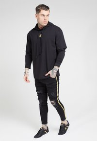 SIKSILK - BOXY DOUBLE SLEEVE HOODIE - Jersey con capucha - black /gold - 3