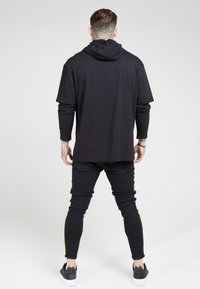 SIKSILK - BOXY DOUBLE SLEEVE HOODIE - Jersey con capucha - black /gold - 2