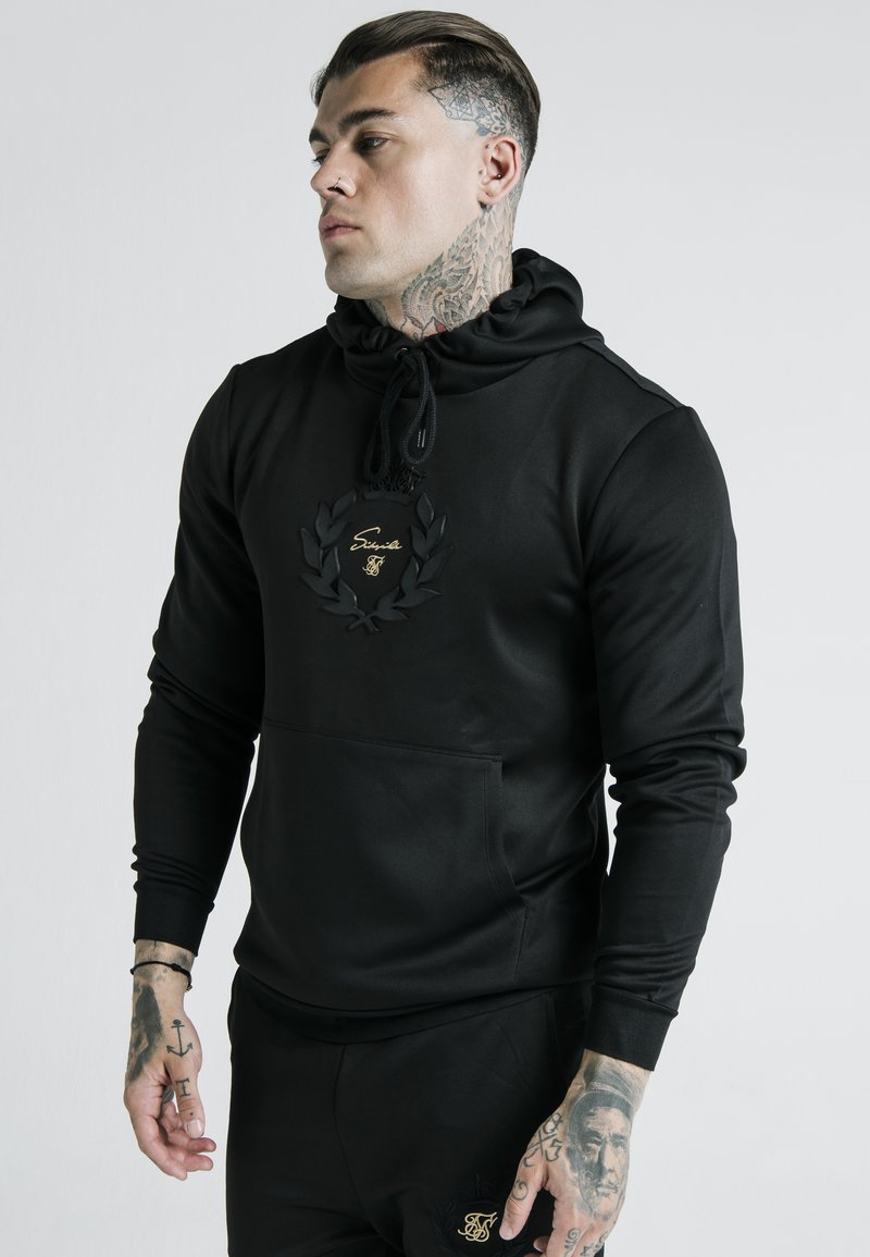 SIKSILK - X DANI ALVES MUSCLE FIT OVERHEAD HOODIE - Mikina s kapucí - black/gold