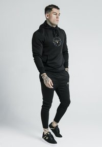 SIKSILK - X DANI ALVES MUSCLE FIT OVERHEAD HOODIE - Mikina s kapucí - black/gold - 1