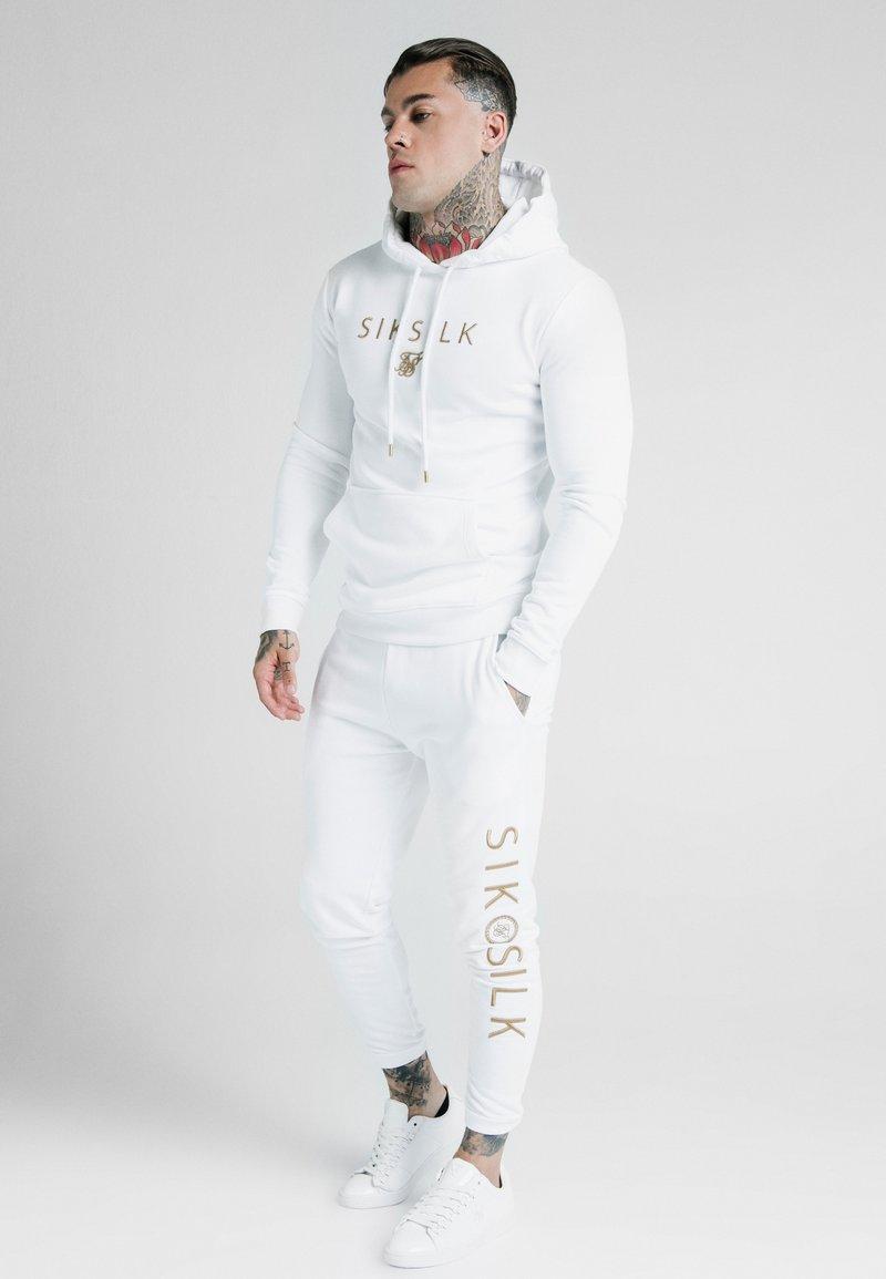 SIKSILK - DANI ALVES OVERHEAD HOODIE - Felpa con cappuccio - white