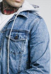 SIKSILK - DETACHABLE HOOD - Veste en jean - mid wash blue - 4