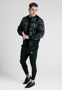 SIKSILK - DANI ALVES REVERSIBLE BOMBER JACKET - Giubbotto Bomber - dark red/black - 1