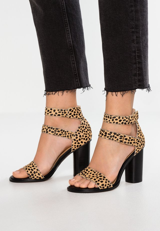 KOBE - Sandály na vysokém podpatku - brown