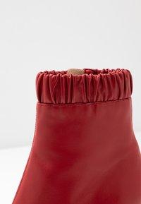 Siren - BENJAMIN - Højhælede støvletter - ruby - 2