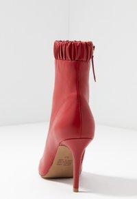 Siren - BENJAMIN - Højhælede støvletter - ruby - 5