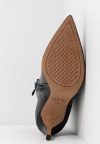 Siren - BENJAMIN - Botines de tacón - black - 6