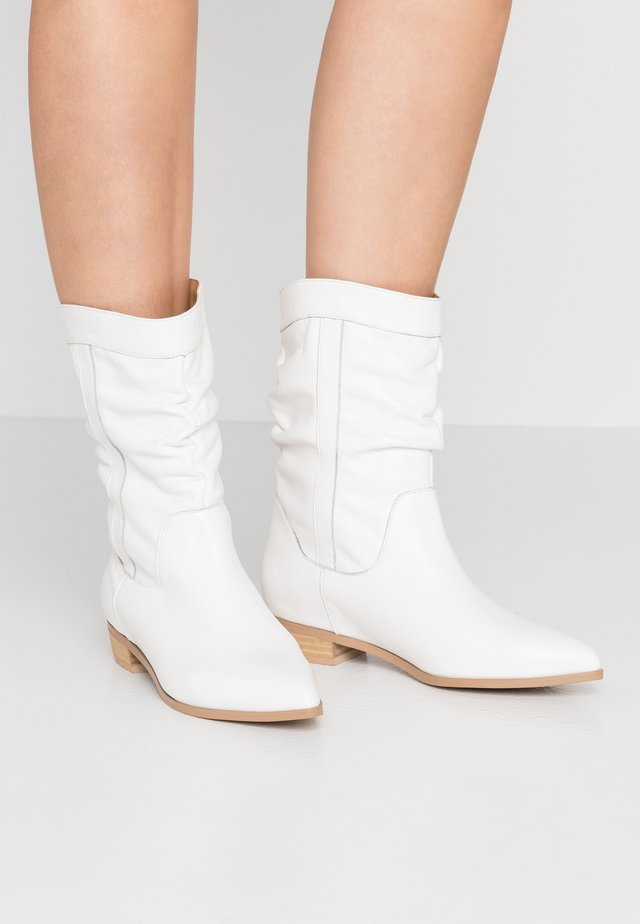 NILE - Cowboy/biker ankle boot - chalk